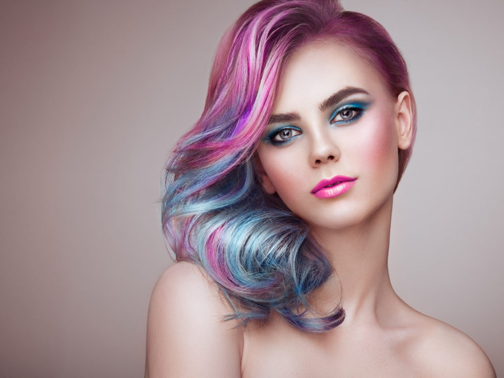 znicene vlasy barvenim