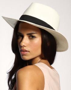 Ležérně nasazený klobouk ničemu neškodí
